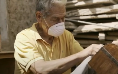 Elderly Peruvian man makes coffers to stay positive amid COVID-19